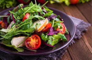 Рукколу необходимо включать в рацион людям, которые сидят на диетах или страдают от нарушений пищеварения