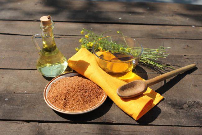 Чаще всего рыжиковое масло рекомендуют использовать как добавку к готовым блюдам (салаты, соусы, холодные закуски). На нем можно жарить, класть в тесто и супы