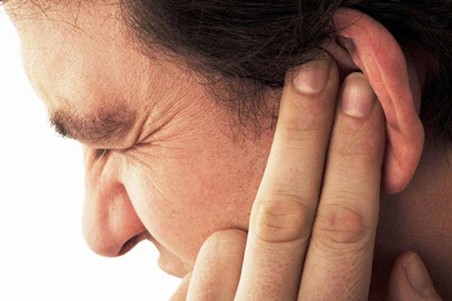 Ушная пробка закупоривая слуховой проход вызывает неприятные ощущения, такие как ухудшение слуха, шум в ухе, головокружение, нарушение координации, иногда приступы рвоты, кашля, мигрени