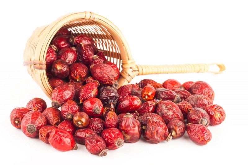 Особенно полезные засушенные ягоды шиповника зимой, когда так не хватает свежих витаминов. Из плодов можно приготовить вкусный и полезный чай, сироп, кисель или целебный отвар