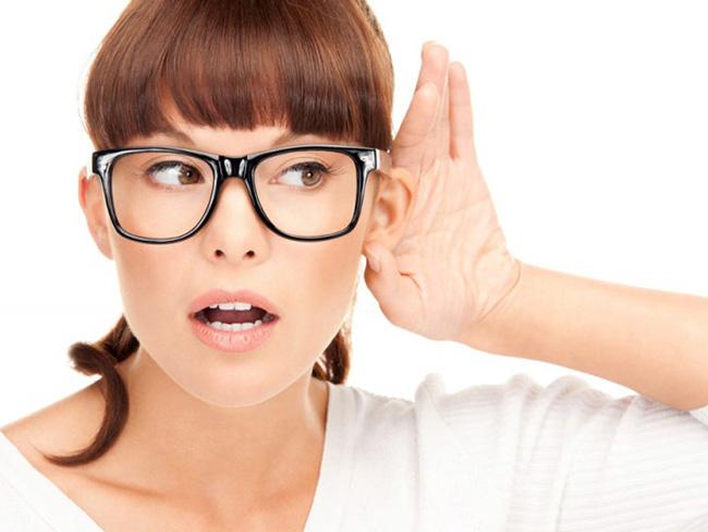 Шум в левом или правом ухе может указывать на разные причины его возниконовения, но для постановки точного диагноза требуется полноценная диагностика