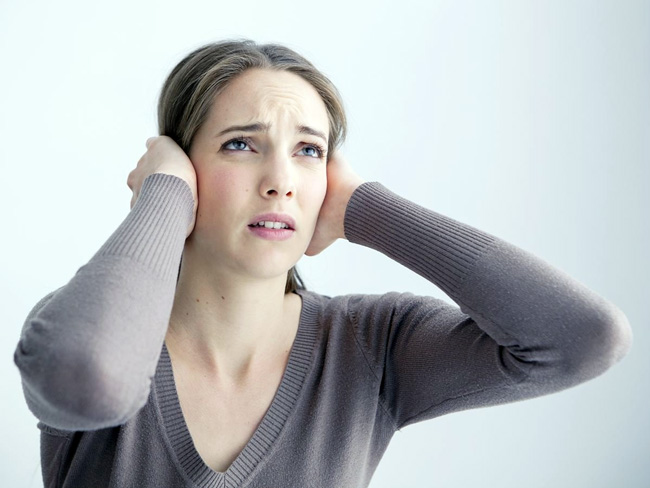 Отосклероз - одна из причин возникновения шума в ушах, при этом шум возникает одновременно в левом и правом ухе