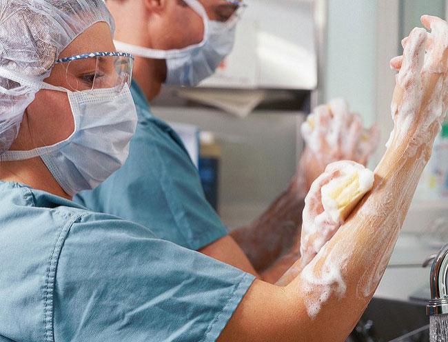 Одними из факторов передачи являются некачественно простерилизованный инструментарий и недостаточно обработанные и хорошо вымытые руки медперсонала