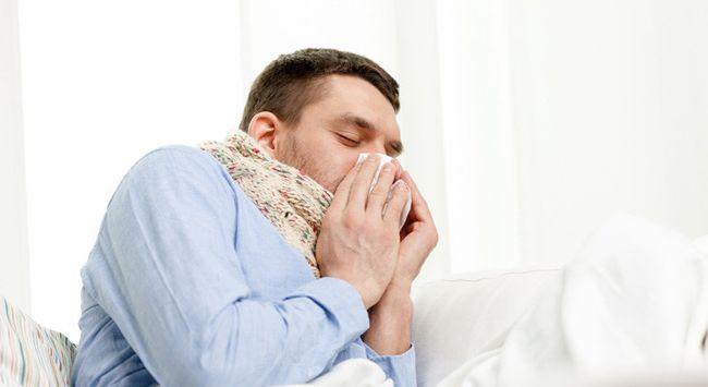 При аллергической сыпи у человека может наблюдаться насморк