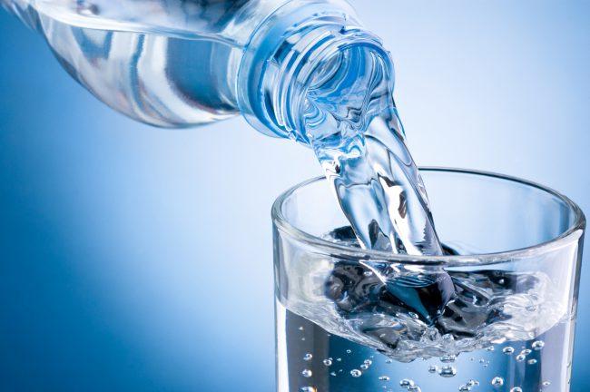 От того, сколько жидкости в день выпивает человек, зависит его самочувствие и способность ясно мыслить