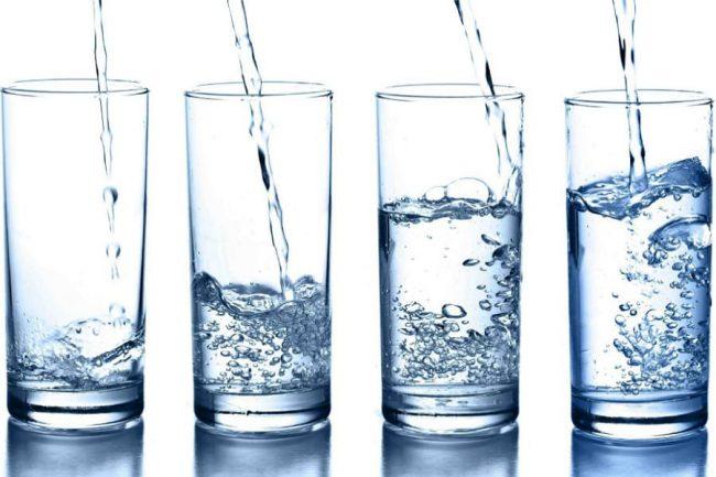 Также не рекомендуется употреблять газированную воду: пузырьки углекислого газа заполняют пространство желудка и создают чувство переполненности