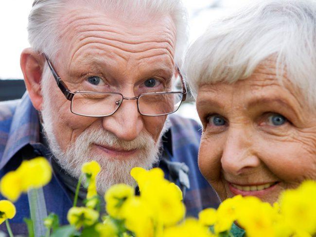 У пациентов старше 50 лет слезные канальцы могут функционировать недостаточно адекватно, а глазные мышцы ослабевать