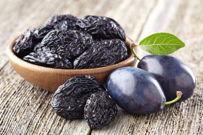 Чернослив содержит 9-17% сахаров – фруктозы, глюкозы, сахарозы; органические кислоты – яблочную, лимонную, щавелевую и немного салициловой; пектин; дубильные и азотистые вещества; витамины А, С, В1, В2, Р; минеральные вещества – большое количество калия и фосфора, меньше натрия, кальция, магния и железа