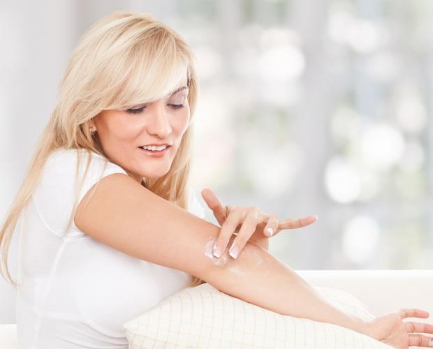 Солкосерил гель не содержит в качестве вспомогательных компонентов жиров, благодаря чему легко смывается. С момента появления свежих грануляций и подсыхания раны рекомендуется применять Солкосерил мазь