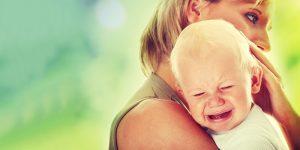 С симптоматикой у детишек до года все крайне скудно, и определить сотрясение будет непросто, а вот у детей старше 2-х лет уже будут проявляться характерные симптомы сотрясения мозга, из-за которых действительно стоит переживать и направляться к доктору