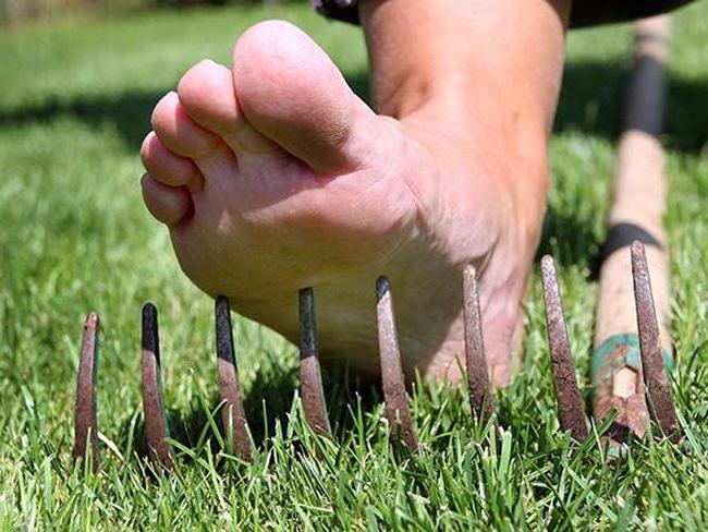 Столбняк попадает в организм через открытые раны, пик заболевания приходится на период с апреля по октябрь, при ходьбе босиком через ранение стоп