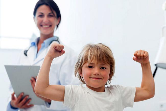 Витаминные комплексы, процедуры закливания, физические упражнения - залог укрепления иммунитета ребенка