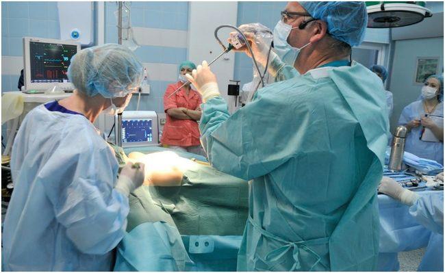 При диагностировании свища его удаляют при помощи хирургического вмешательства