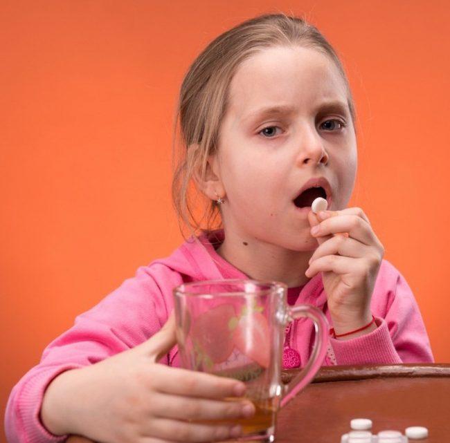 Детям старше 6 месяцев анальгин назначают в дозе 5–10 мг на 1 кг массы тела 3–4 раза в сутки или по 0,025–0,25 г на приём в зависимости от возраста