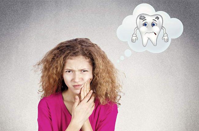 Подростки для избавления от зубной боли могут использовать слабый содово-солевой раствор для полоскания ротовой полости