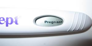 Не в зависимости от результата теста, если Вы заметили какие-то симптомы, которые вполне характерны при беременности, то поход к врачу лучше не откладывать