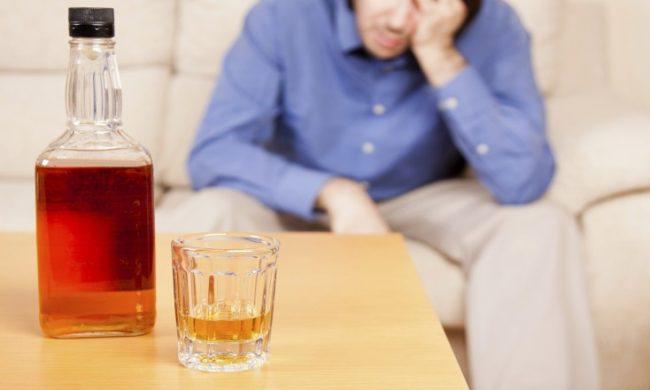 Даже небольшое количество алкоголя создает трудности для работы печени – она начинает работать медленнее. При этом увеличивается выработка эстрогена и уменьшится производство тестостерона, что может сделать мужчину женоподобным – уменьшится количество волос на лице и лобке