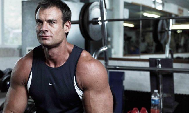 Можно заставить организм производить много тестостерона, если делать комплексные упражнения, которые тренируют несколько больших групп мышц. Приседания, жим лежа на скамье, становая тяга, подтягивания, отжимания на брусьях, жим штанги над головой