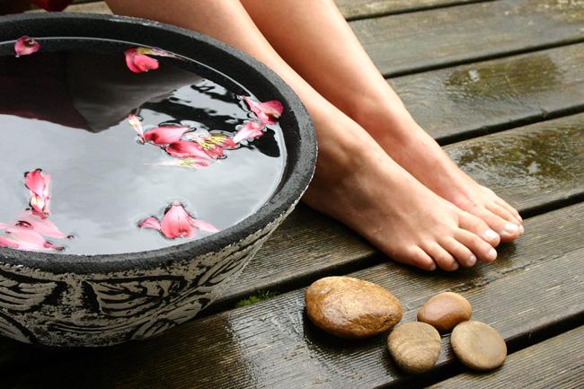 Принимая раз в неделю солевые ванночки для ступней или ванночки из целебных трав, можно избежать появления трещин на пятках