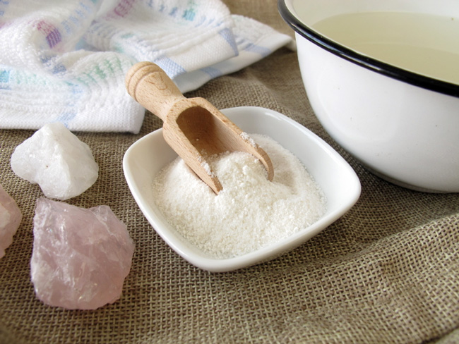 Регулярные солевый ванночки для ног, помогут избавиться от трещин на пятках