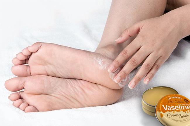 Компрессы на основе вазелина, смягчают кожу стоп, предотвращая появления трещин