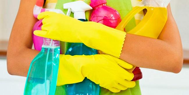 Используйте для мытья посуды и уборки дома более щадящие вашу кожу средства и обязательно надевайте защитные перчатки