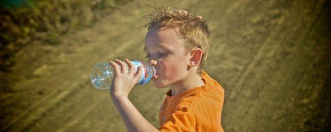 У старших детей, испытывающих тепловой удар, признаки недуга обычно более явные – они жалуются на головокружение, тошноту, головную боль, просят пить. Иногда первым признаком, на который обращают внимание родители, бывает рвота