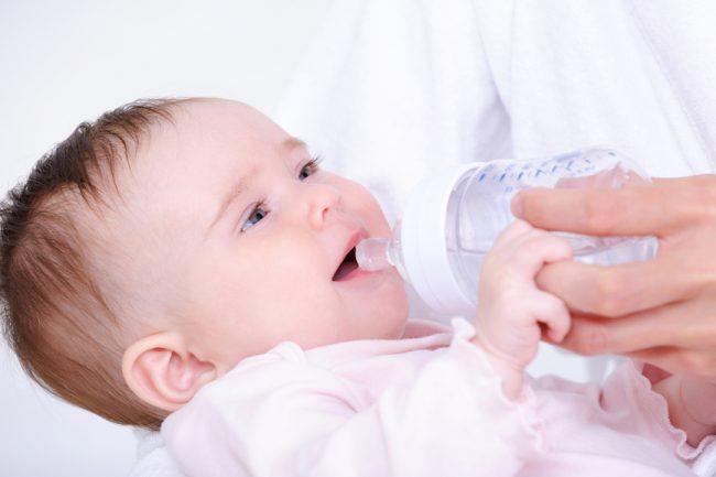 Укропная вода приятная на вкус и обычно проблем с ее питьем у детей не бывает