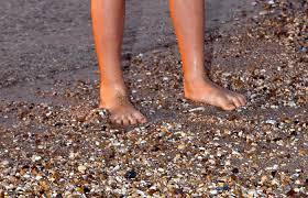 Даже такое простое занятие, как прогулка ребенка по морскому берегу - помогает улучшению состояния стопы у больного ребенка