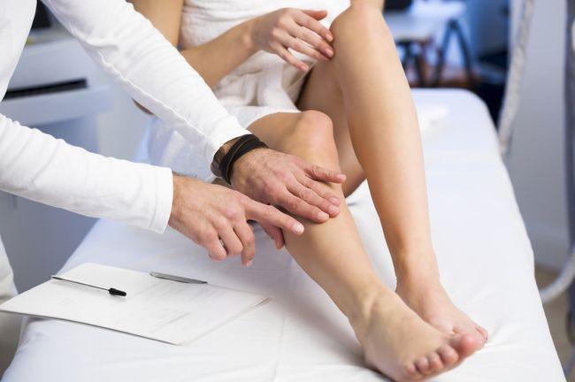 Врач-флеболог занимается осмотром вен и может поставить диагноз