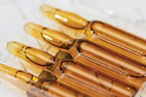 Очень часто витамин В12 назначают в форме уколов для лечения таких серьезных заболеваний, как анемия, цирроз печени, гастрит и радикулит, поскольку такая форма усваивается организмом на 90%