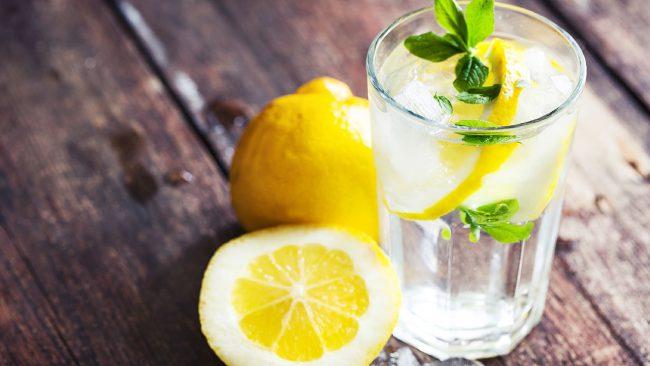 Вода с лимоном способствует снятию воспалительных процессов и стимуляции работы пищеварительного тракта. Особенное положительное действие она оказывает на работу кишечника, ослабляя вредоносное воздействие токсинов и химикатов