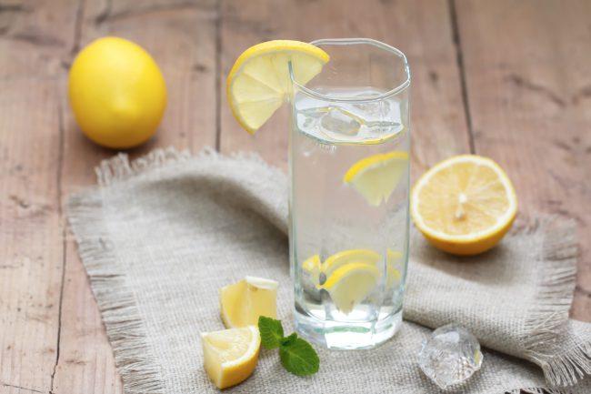 Для разнообразия можно попробовать добавить в воду сасси не только лимон, но и мандарин или апельсин, а также несколько листочков шалфея
