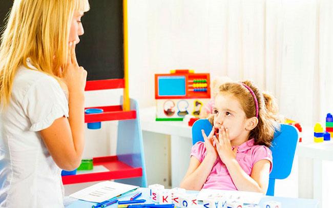 Занятия с врачом логопедом играют важную роль в период реабилитации, специалист регулирует и корректирует дыхание при помощи отработки длительного постепенного вздоха