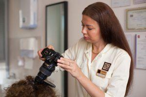 Специалист, используя трихоскоп, сможет оценить степень поражения волосистой части головы и, собрав анамнез, назначить оптимальное лечение