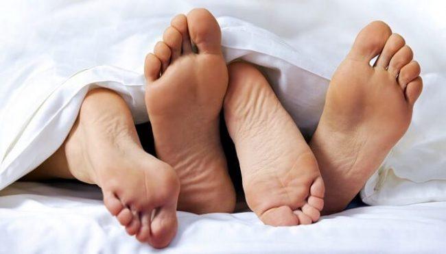 Основным путем передачи является физический контакт с носителем, в том числе половой акт без презерватива. Но также достаточно часто встречается заражение бытовым путем. Обычно после проникновения в организм инфекция никак себя не проявляет, поэтому люди даже не знают о том, что являются носителями