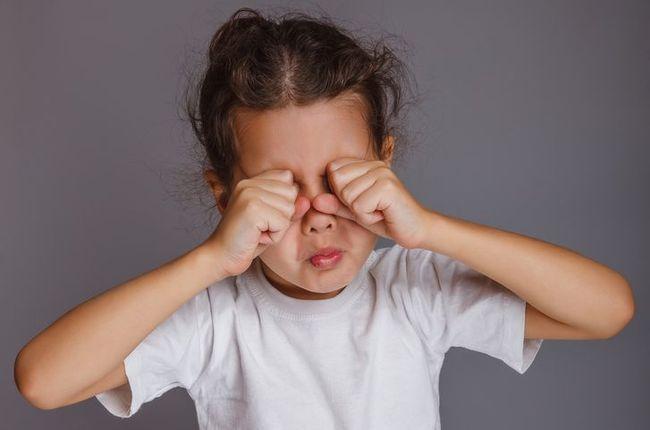 На первых симптомах ячменя у человека возникает зуд и ощущение жжения в области века