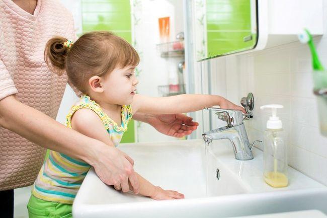Чтобы избежать ячменя на глазу, необходимо регулярно мыть руки с мылом