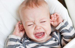 Причин такого неприятного симптома, как боль в ухе у малыша, может быть множество. Выявить их поможет врач-педиатр
