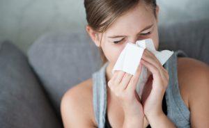 Обычная простуда или насморк часто становятся причиной заложенности ушей у взрослых и детей