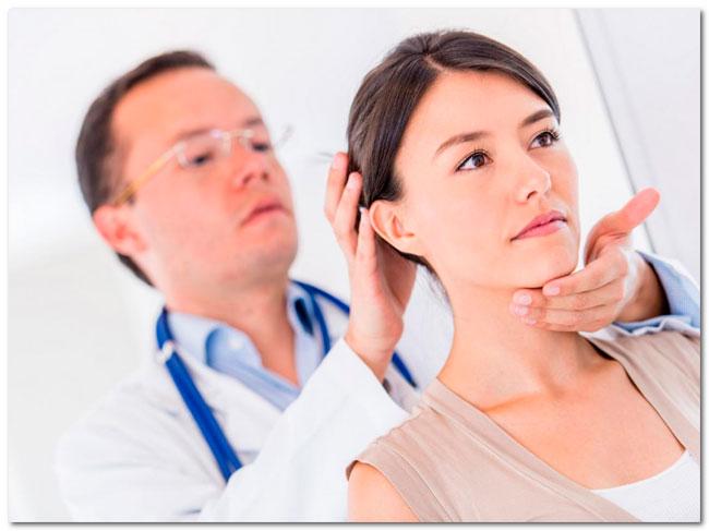 Диагностика при подозрении на защемление шейного нерва проводится с использованием компьютерной томографии и рентгенографии, с помощью которых можно оценить состояние костей и мягких тканей пациента