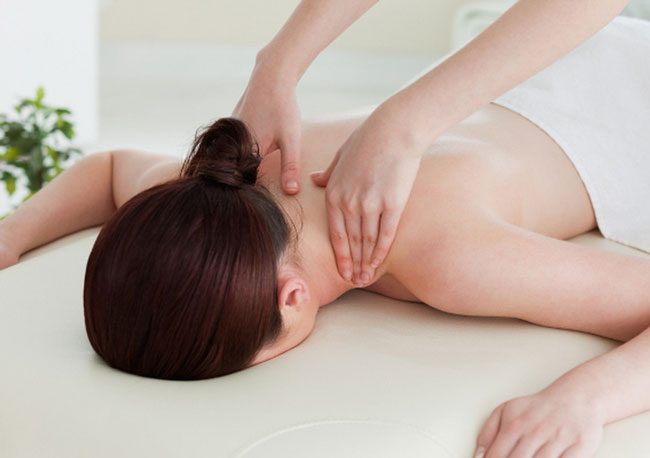 При лечении защемления рекомендуют щадящий и расслабляющий массаж массаж шейного отдела позвоночника и лопаток, который поможет расслабить мышцы и улучшить кровоток, ускоряя заживление и облегчая боль