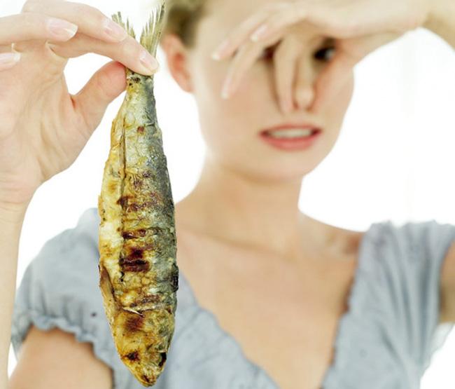 Сильный запах лука или тухлой рыбы из влагалища женщины указывает на инфекционное заболевание