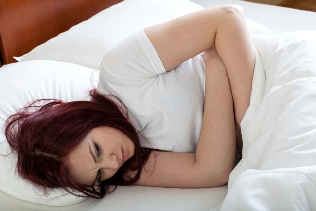 Неприятный запах из влагалища может сопровождаться выделения со специфическим запахом, зудом, болевыми ощущениями во время секса и жжением при мочеиспускании, болями внизу живота