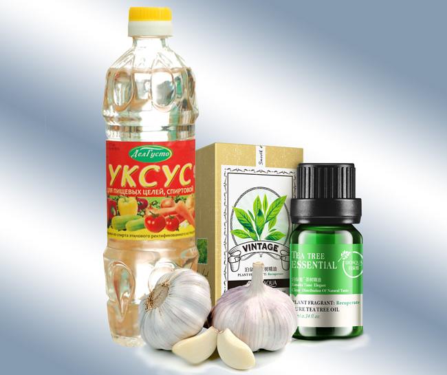 Промывание или ванночки с добавлением масла чайного дерева, уксуса, чеснока - эффективное средство для борьбы с запахом из влагалища