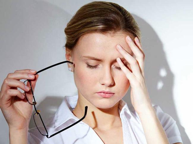 Стафилококковую инфекцию в горле в горле необходимо лечить, иначе она может распространиться на придаточные пазухи и среднее ухо, вызвав внутричерепные поражения